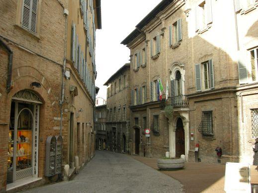 Urbino,_via_vittorio_veneto_01.JPG