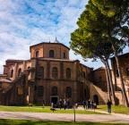 Da Ravenna a Spello, un viaggio tra le meraviglie del Comacchio e l'autenticità dei borghi umbri.